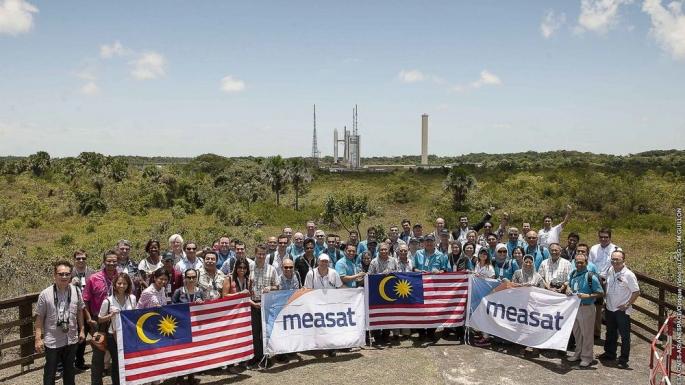 Les équipes d'ARSAT-2 et de Sky Muster affichent leurs couleurs au centre de contrôle.