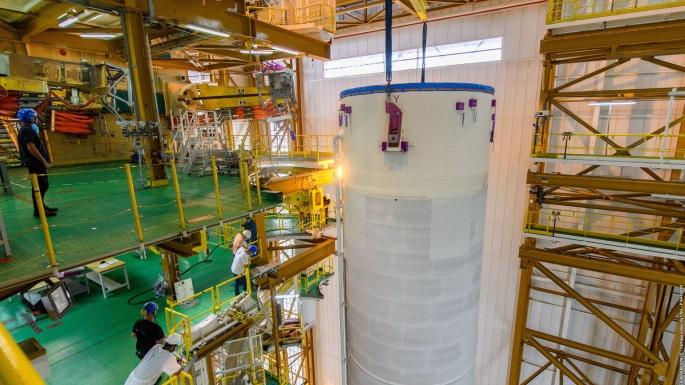 L'étage supérieur va à son tour être hissé sur la table de lancement pour s'ajouter au corps central.