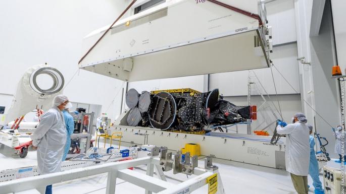 Transfert du satellite QUANTUM dans une nouvelle salle de préparation.