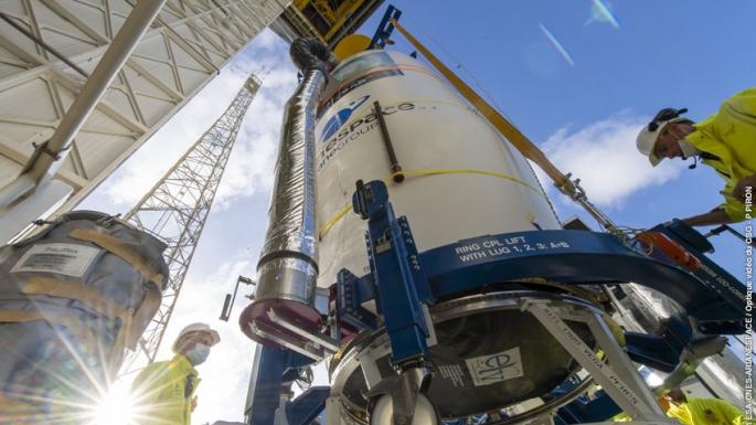 Hissage de la coiffe et ses satellites à plus de 30 m de haut sur le portique Vega.
