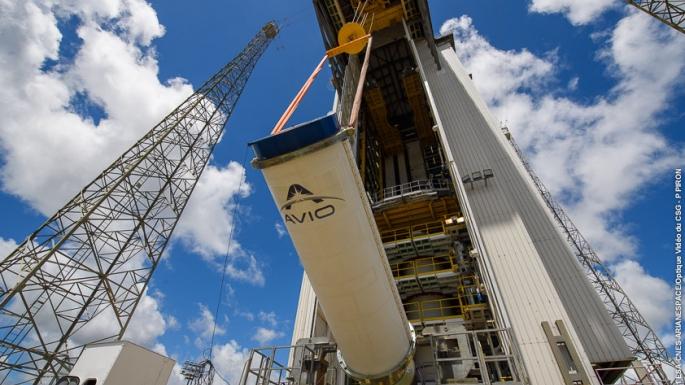 Hissage du second étage à propulsion (Z23) qui va se poser sur le 1er étage de propulsion Vega.