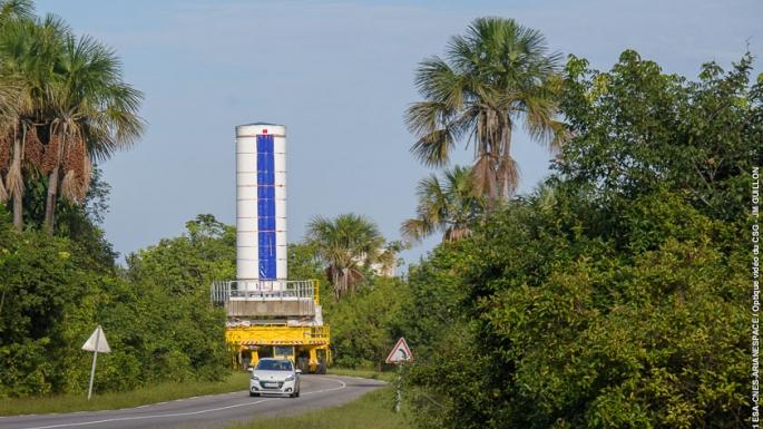 Transfert du 1er étage (P80) de Vega du bâtiment d'intégration propulseur vers la zone de lancement Vega.