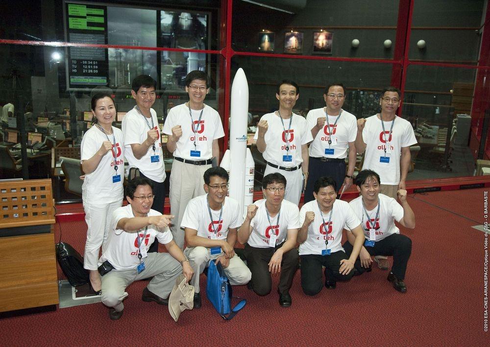 Les équipes Malaisiennes de Measat-3B posent devant la zone de lancement d'Ariane 5