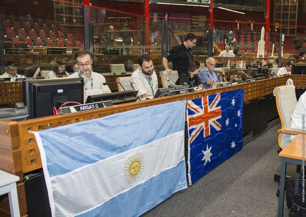 Les clients d'un satellite émirati posent leur drapeau sur la coiffe d'Ariane 5