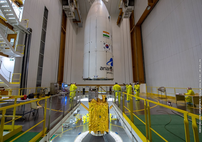 Pose de la coiffe d'Ariane 5 sur le satellite