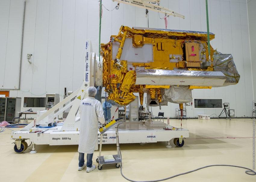 Préparation du satellite Metop dans les halls propres du CSG