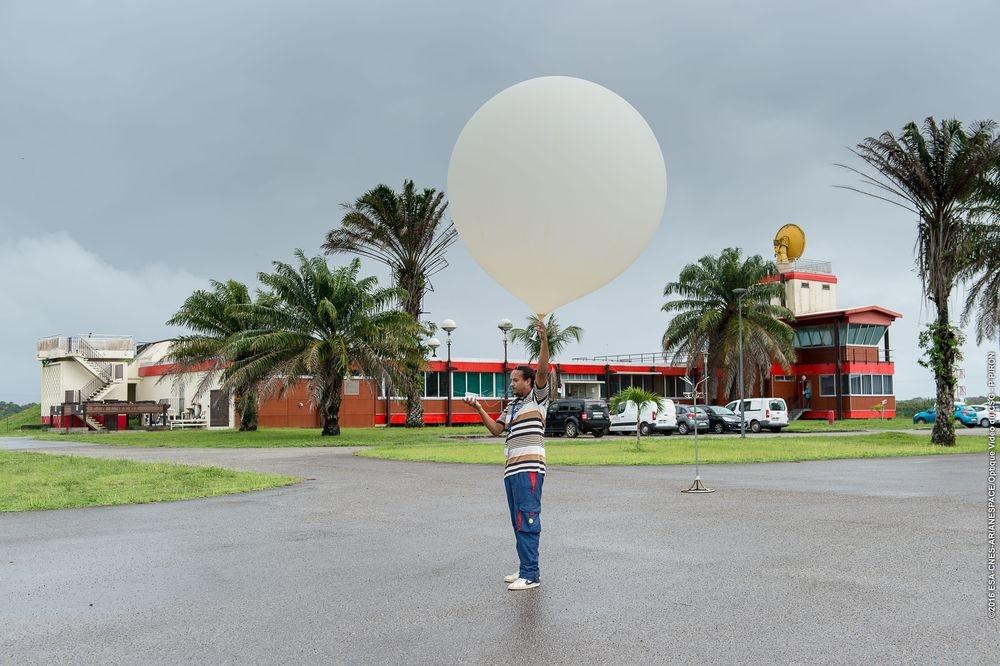 Lâcher de ballon-sonde à la station météo du CSG