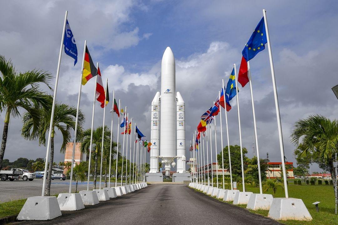 Drapeaux de l'Europe au pied de la maquette Ariane 5 du CSG