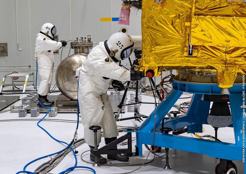 Remplissage en ergols d'un satellite au CSG