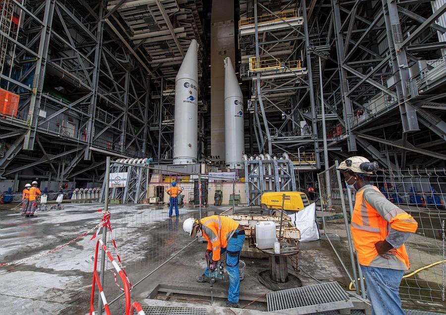 Opérations de construction sur le chantier Ariane 6