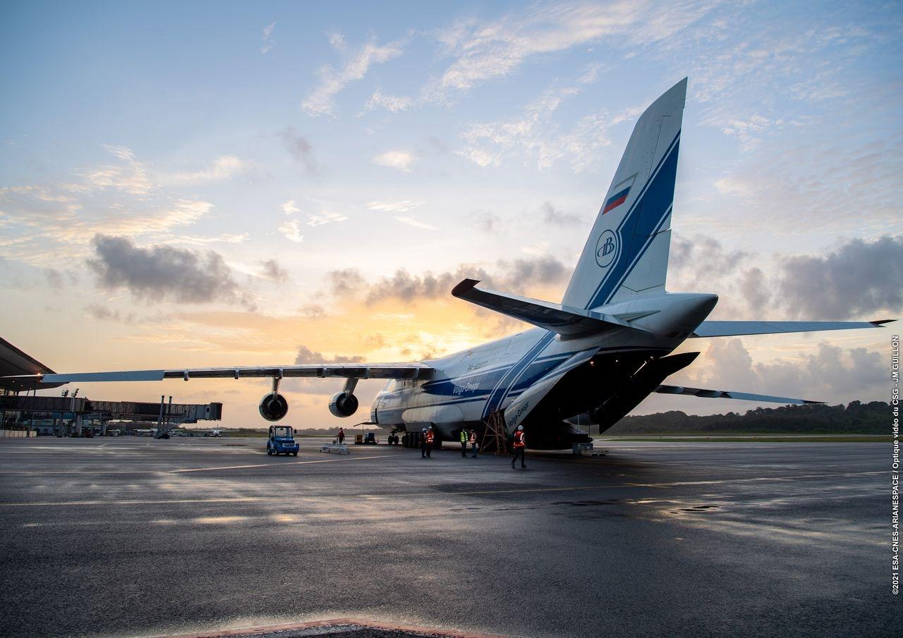 Comme la plupart des satellites lancés depuis le CSG, Pléiades Neo 3 est arrivé à bord d'un avion Antonov.