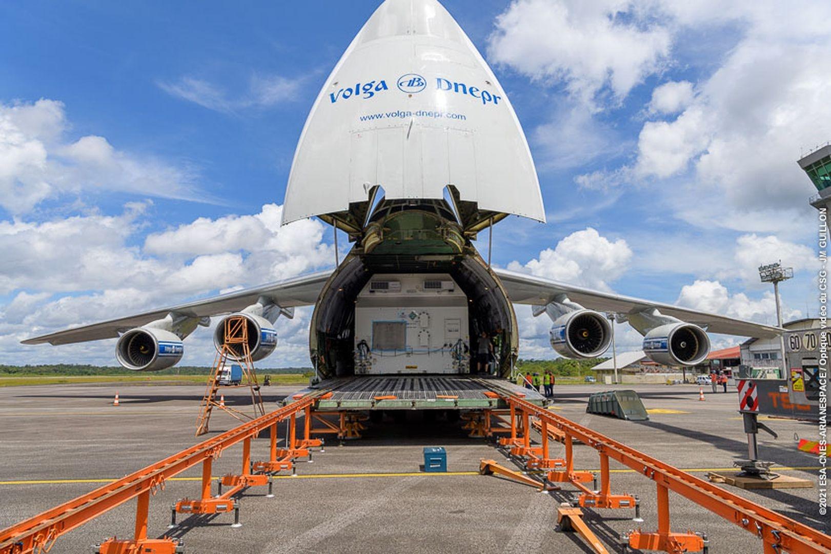 Ouverture du conteneur transportant le second satellite de VA254.