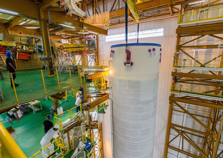 Les deux boosters d'Ariane 5 (fabriqués en Guyane) sont également transférés au bâtiment d'intégration lanceur pour assemblage.