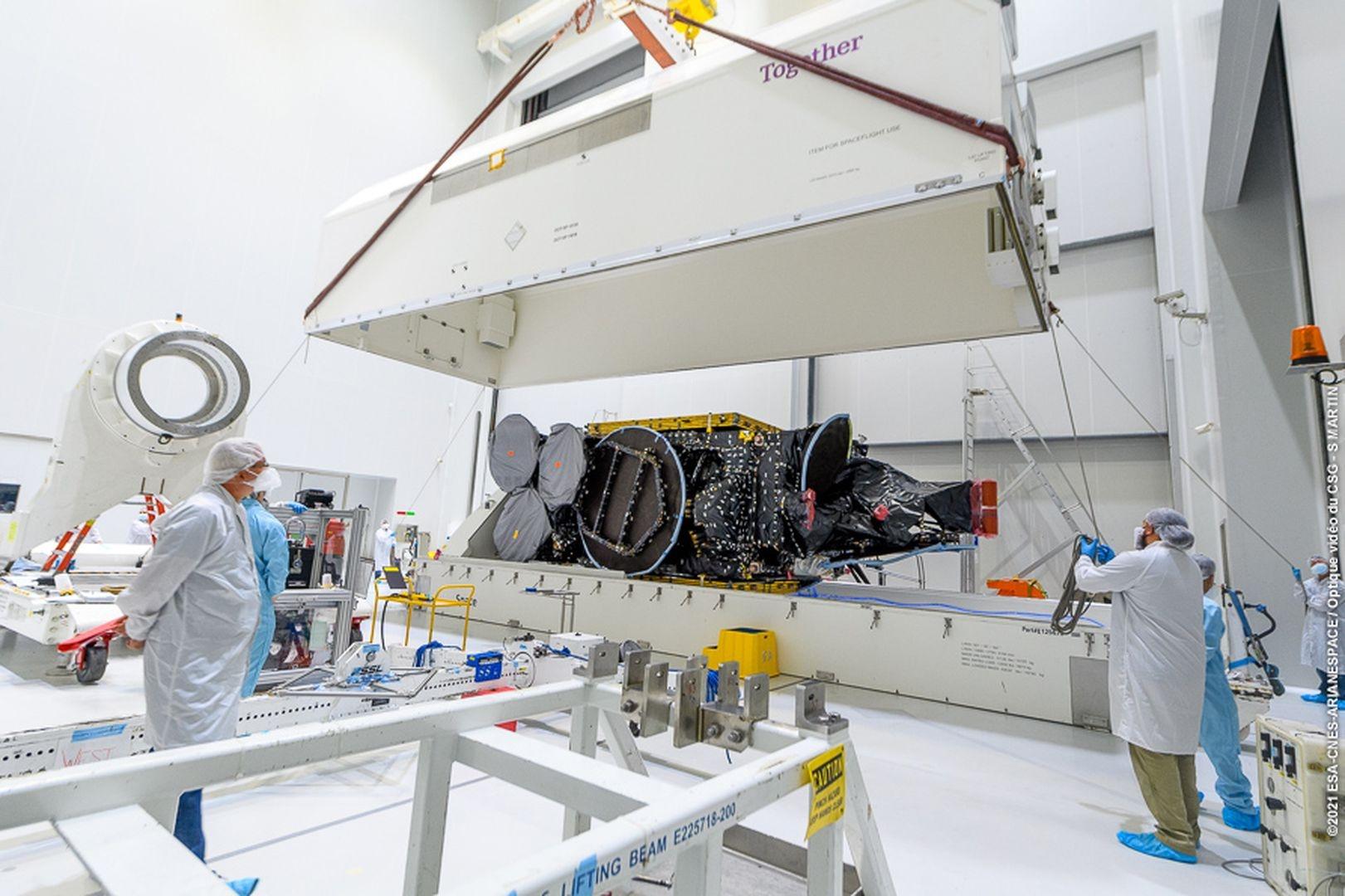 Remplissage du Satellite Star One D2 en ergols (carburant) par des ergoliers en combinaison. Il sera ensuite posé sur son adapteur pour s'intégrer au lanceur.