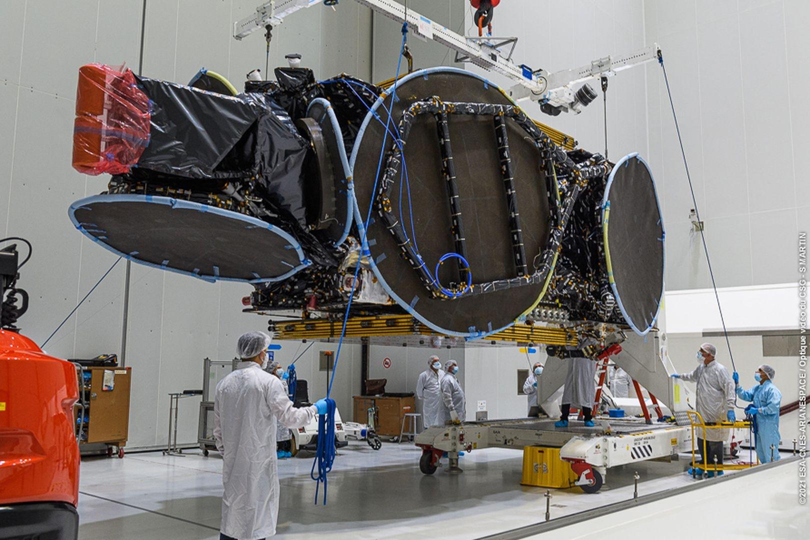 Pose des logos sur la coiffe d'Ariane 5.