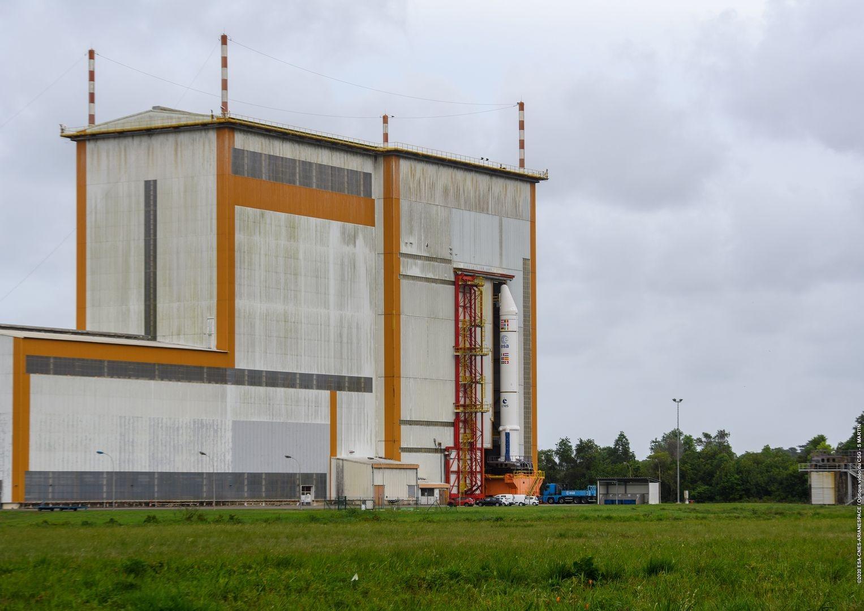 Le satellite est posé sur une plateforme pour être transféré dans les différentes salles de préparation.