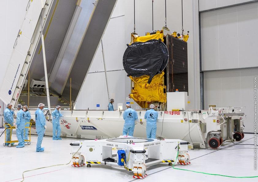Le satellite QUANTUM est à son tour placé sur l'adapteur de charge utile