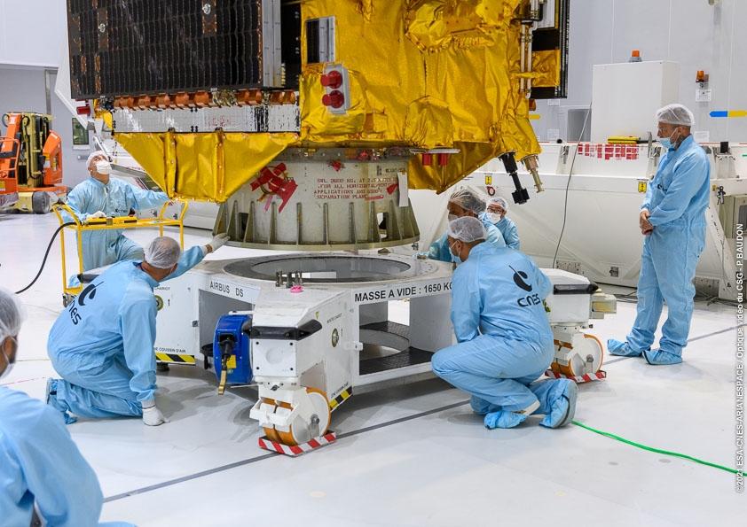 Hissage du Composite, coiffe d'Ariane 5 contenant les deux satellites, au sommet du lanceur