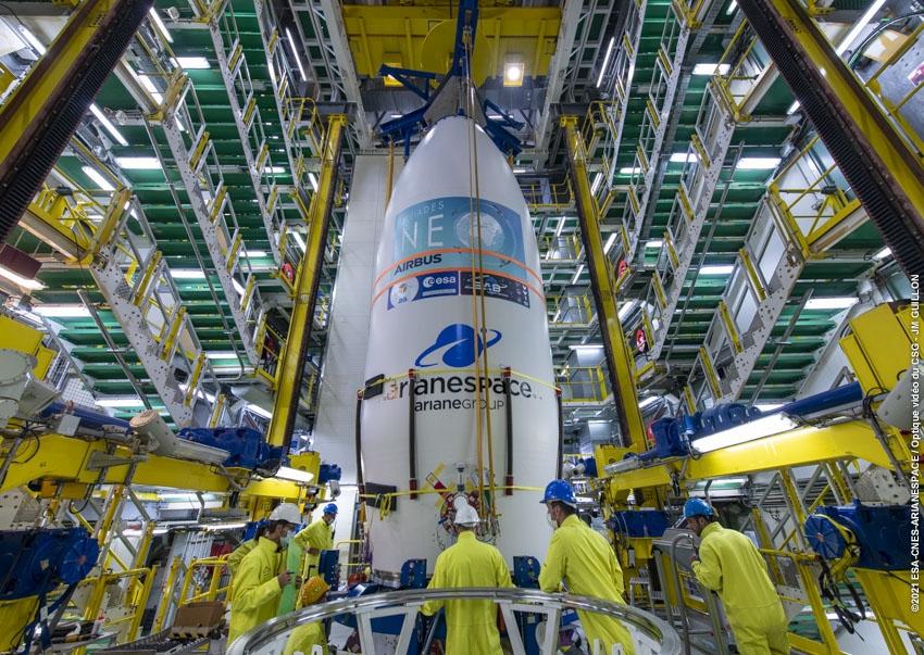 Au cœur du portique Vega, la coiffe est assemblée au corps du lanceur.