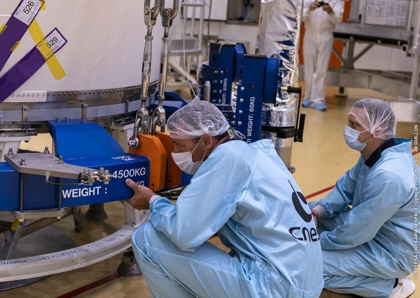 Après fermeture, la coiffe est placée sur une plateforme qui facilitera son déplacement.