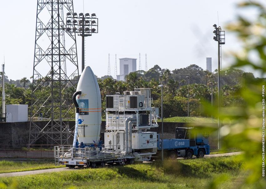 Transfert de la coiffe vers la zone de lancement Vega.