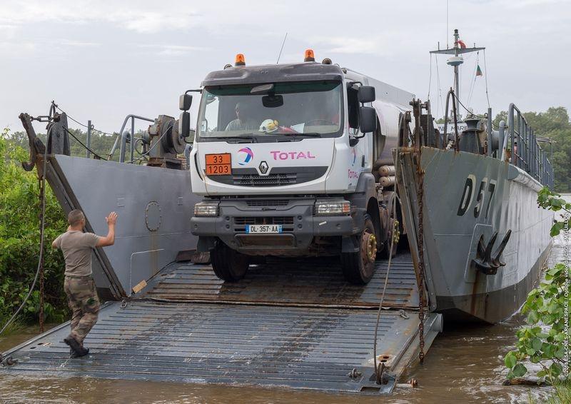 Livraison de carburant aux îles du Salut par la barge du 3e REI